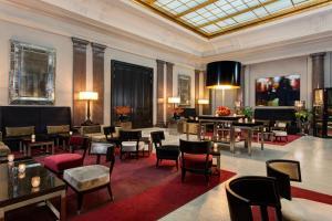 Ein Restaurant oder anderes Speiselokal in der Unterkunft Rocco Forte Hotel De Rome