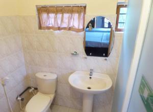 Salle de bains dans l'établissement Riviera Resort