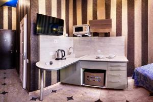 Кухня или мини-кухня в Apartments on Nevsky 23