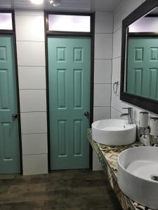 A bathroom at Costa Rica Backpackers