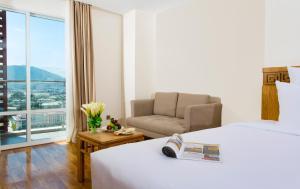 A seating area at Rosaka Nha Trang Hotel