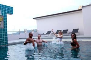 Der Swimmingpool an oder in der Nähe von Gu Hotel