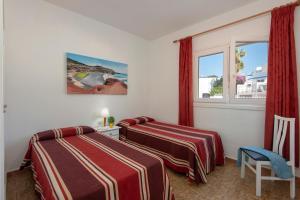 Een bed of bedden in een kamer bij Rocas Blancas Apartments