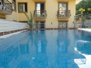 Der Swimmingpool an oder in der Nähe von Orange Garden Apart Hotel