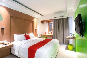 A bed or beds in a room at RedDoorz Apartment @ Bogor Valley
