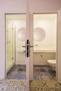 A bathroom at JO&JOE HOSSEGOR