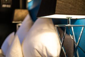 Ein Bett oder Betten in einem Zimmer der Unterkunft Engel Hotel + Diner