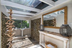A bathroom at Palms on Newell