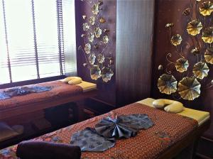 Ein Bett oder Betten in einem Zimmer der Unterkunft Suvarnabhumi Suite Hotel
