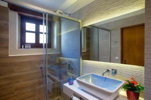 A bathroom at Casa Moazzo Suites and Apartments