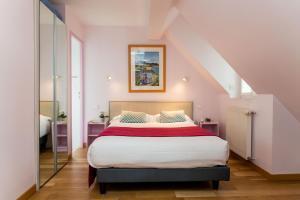 A bed or beds in a room at Hôtel Lutétia & Spa