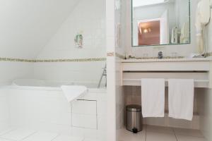 A bathroom at Hôtel Lutétia & Spa