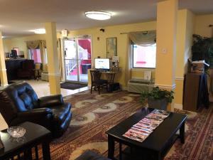 Гостиная зона в Executive Garden Titusville Hotel