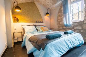 A bed or beds in a room at Les belles de Blauzac