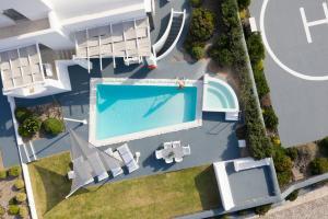 Vue sur la piscine de l'établissement Santorini Princess Presidential Suites ou sur une piscine à proximité