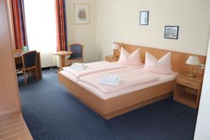 A bed or beds in a room at Hotel Saar