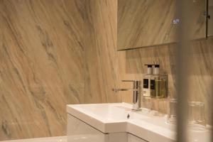 A bathroom at Glenridding Hotel