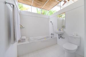 A bathroom at Villa Del Mar Canggu