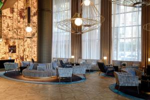 A restaurant or other place to eat at Pullman Barcelona Skipper