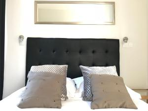 A bed or beds in a room at Résidence Victoria