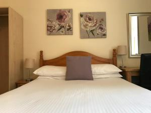 A bed or beds in a room at Alban and Abbey House
