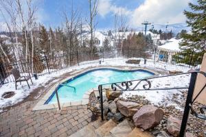 The swimming pool at or near Lodge de la Montagne