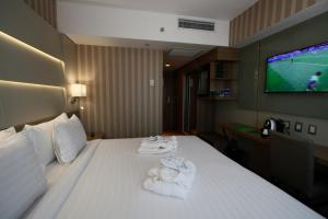 A bed or beds in a room at Américas Copacabana Hotel