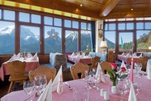 Ein Restaurant oder anderes Speiselokal in der Unterkunft Hotel-Gasthof Nutzkaser