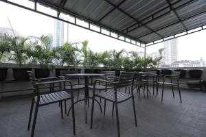 A restaurant or other place to eat at RedDoorz Plus near Plaza Indonesia