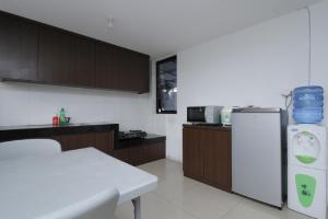 A kitchen or kitchenette at RedDoorz Plus near Plaza Indonesia