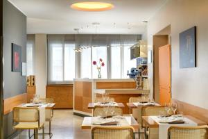 A restaurant or other place to eat at UNAHOTELS Mediterraneo Milano