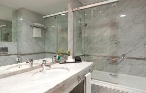 A bathroom at Hotel Nuevo Madrid