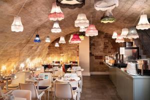 A restaurant or other place to eat at Hôtel Marais Hôme
