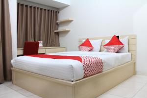 A bed or beds in a room at OYO 266 Margonda Residence 5