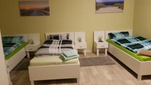 A bed or beds in a room at Pension Dreger