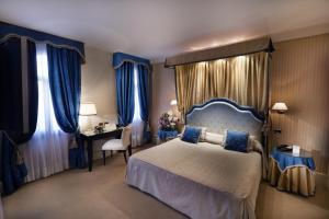سرير أو أسرّة في غرفة في فندق أ لا كوميديا