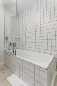 Uma casa de banho em Sport Hotel Gym + SPA
