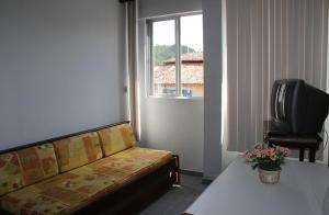 A seating area at Residencial Maria Da Praia