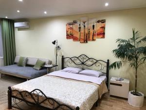 Кровать или кровати в номере Apartment on Komsomolskiy prospekt