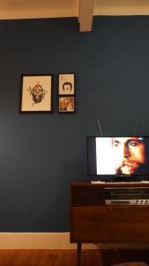 A television and/or entertainment center at Casa Pé da Cabra