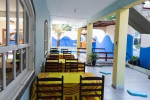 Um restaurante ou outro lugar para comer em Pé N'Areia