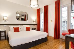 A bed or beds in a room at Hotel Albert 1er