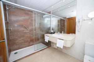 A bathroom at Hotel Hoyuela