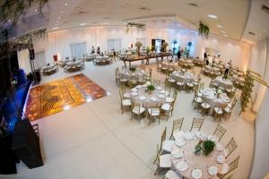 A restaurant or other place to eat at Golden Hotel e Eventos