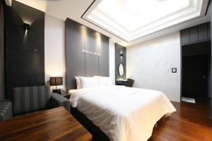 A bed or beds in a room at Bentley Tourist Hotel