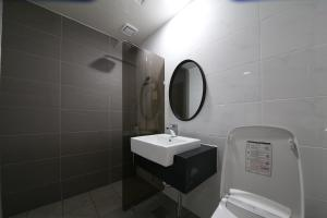 A bathroom at Bentley Tourist Hotel