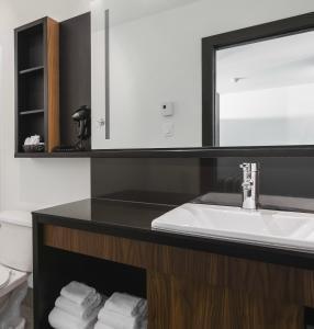 A bathroom at Littoral - Hôtel & Spa
