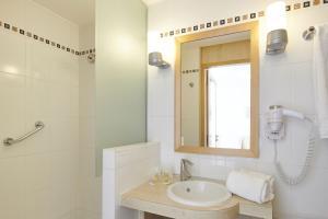 A bathroom at Hôtel Vacances Bleues Villa Caroline