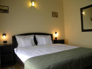 A bed or beds in a room at Pensiunea Mason's