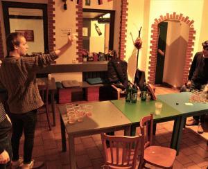 Ein Restaurant oder anderes Speiselokal in der Unterkunft Travel&Joy backpackers